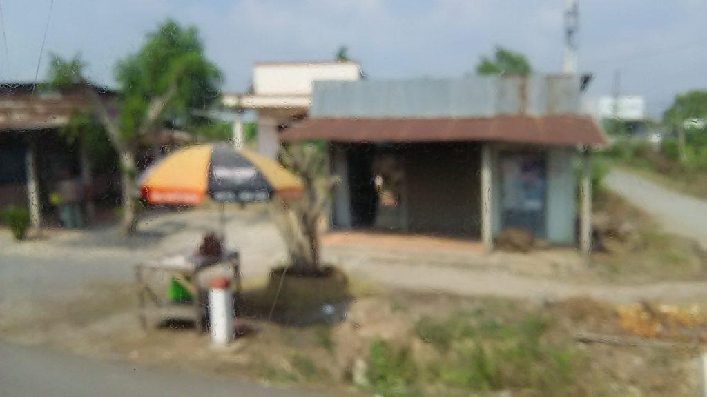 バス車窓 ベトナム民家