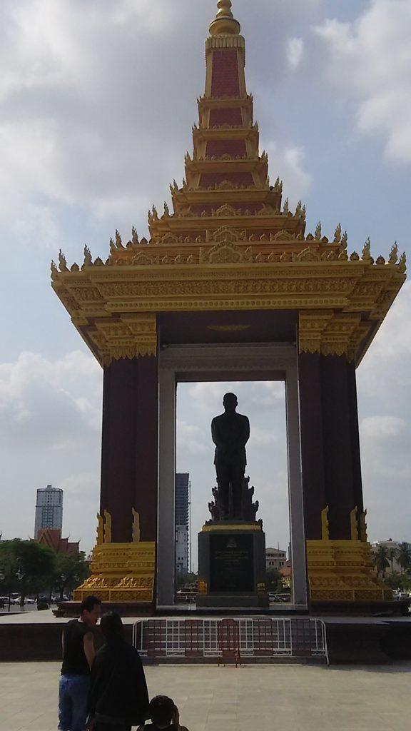 カンボジア シアヌーク像