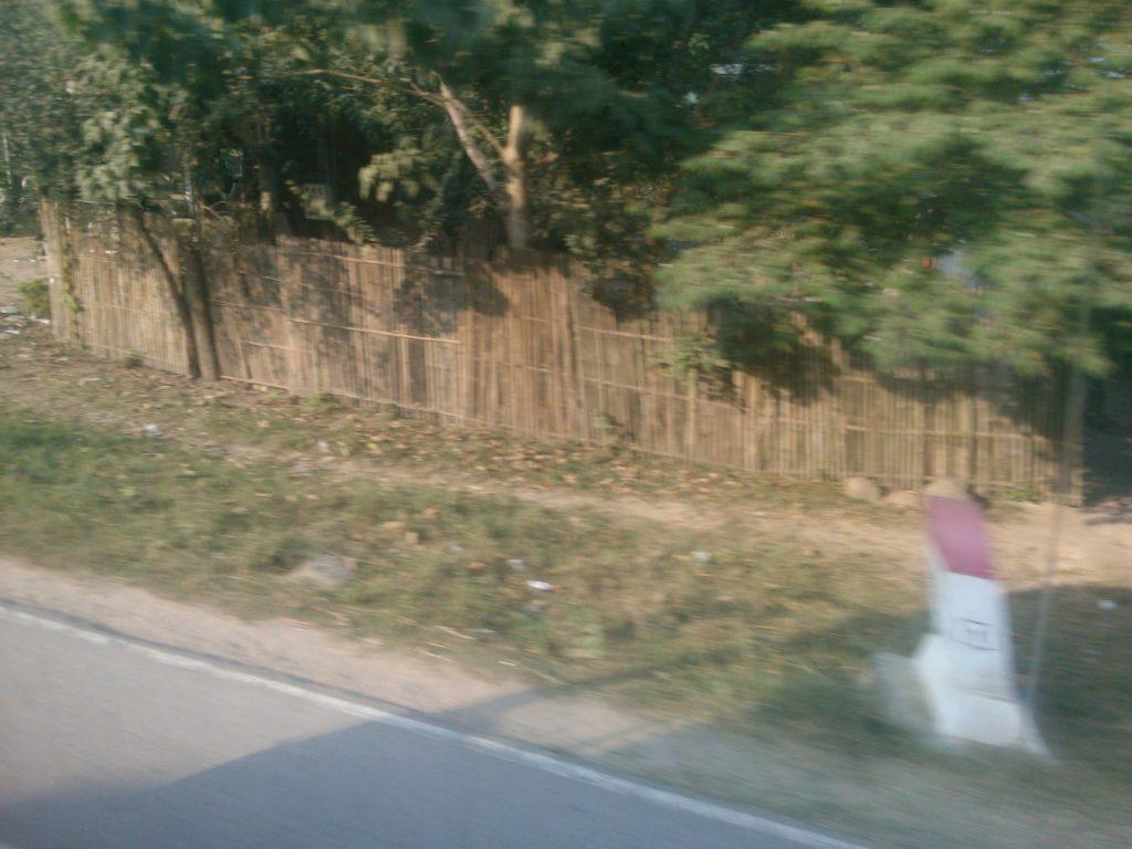 バス車窓 カンボジア道路