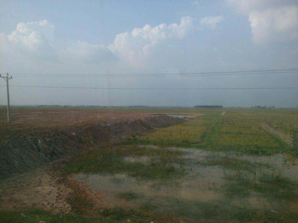 バス車窓 カンボジア地平線