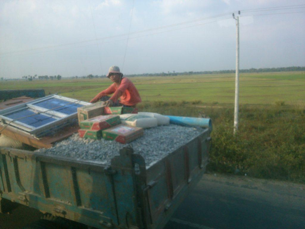 バス車窓 カンボジア トラック