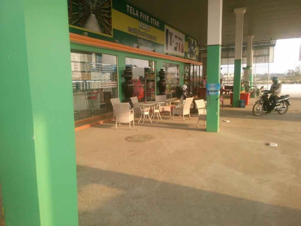 カンボジア ガソリンスタンド