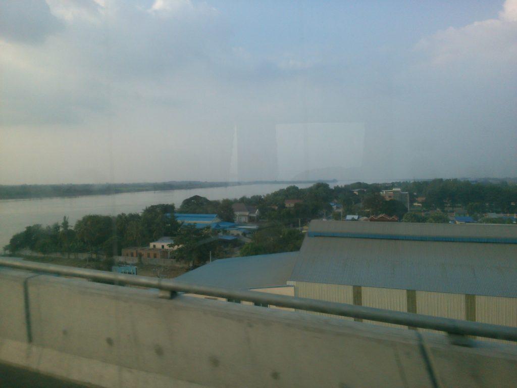 バス車窓 メコン川