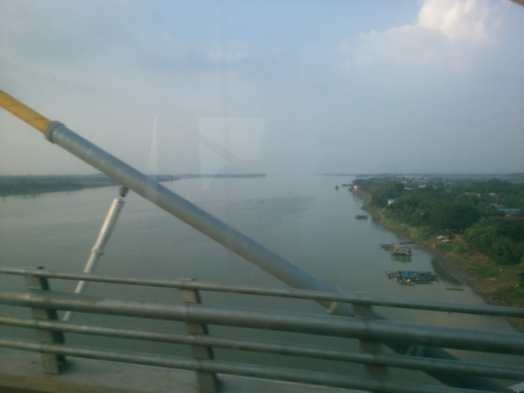 バス車窓 メコン川 橋