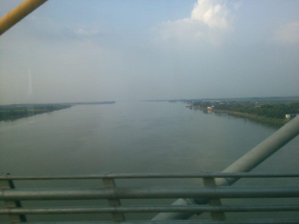 国境越え バス車内からメコン川