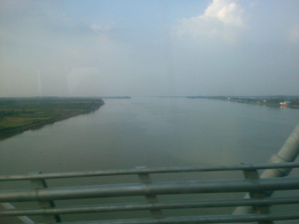 バス車窓 メコン川4