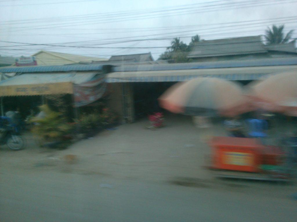 バス車窓 カンボジア車道