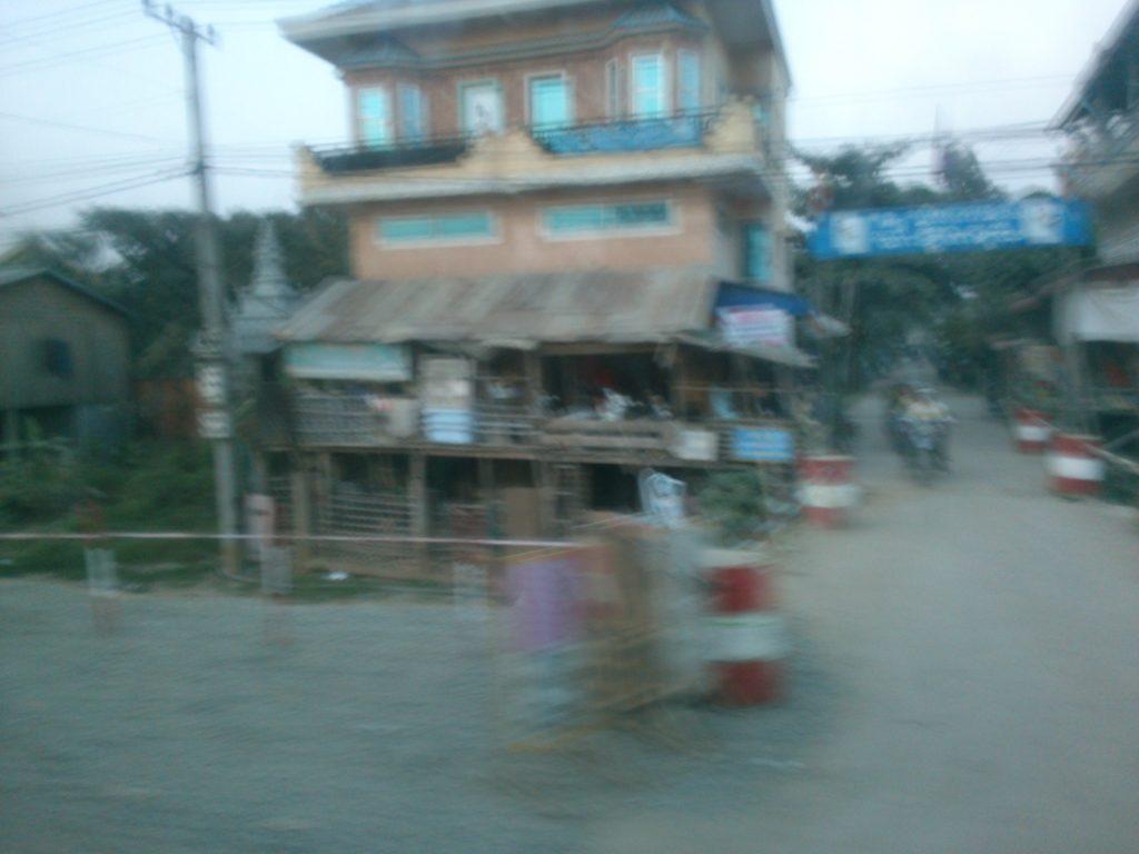バス車窓 カンボジア民家