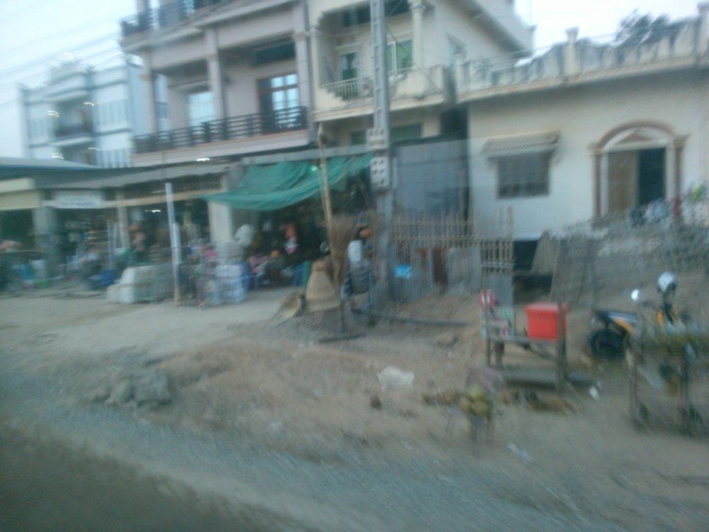 バス車窓 カンボジア住宅