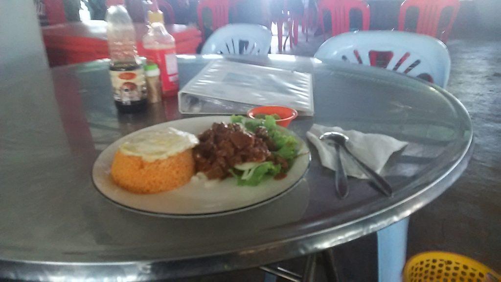 カンボジア 休憩所昼飯
