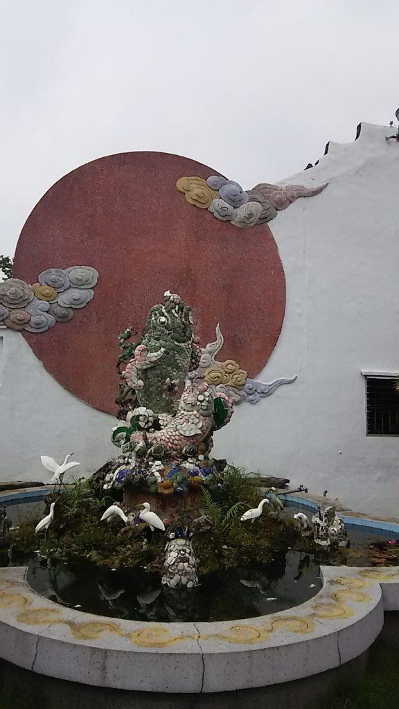 ホイアン 鯉の像